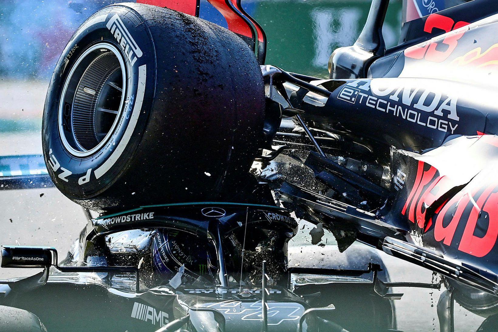 Bifreið Max Verstappens beint ofan á bifreið Lewis Hamiltons, sem …