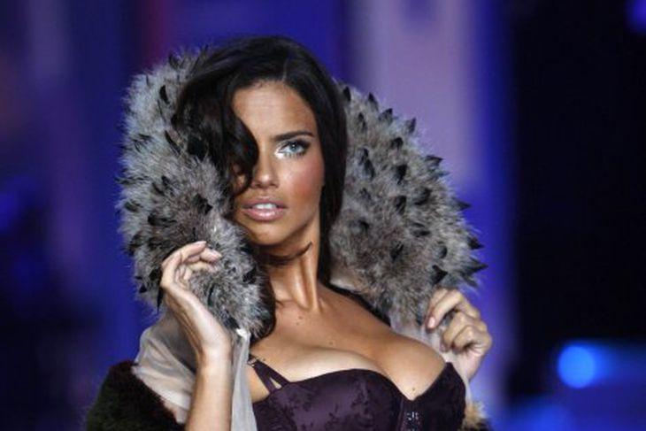 Brasilíska fyrirsætan Adriana Lima varð 28 ára 12. júní sl. ...