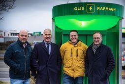 Örn Franzson, Jón Ólafur Halldórsson, Sigurður Ástgeirsson og Jón Árni Ólafsson við hraðhleðslustöð Olís.