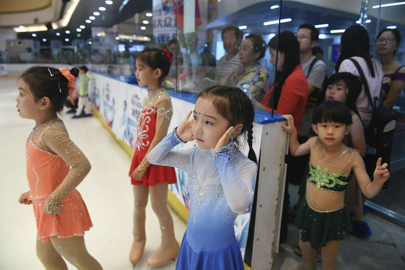 Í fyrra fæddust 17,23 milljónir barna í Kína, sem er …
