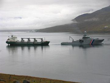 Varðskipið Þór hjá flutningskipinu Green Freezer í dag.