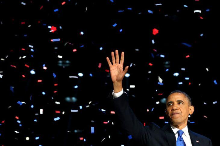 Barack Obama fagnar úrslitum ásamt stuðningsmönnum í Chicago, Illinois.