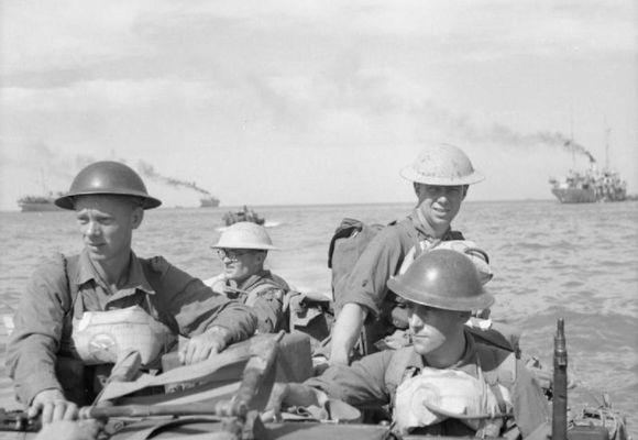 Breskir hermenn sjást hér nálgast Ramree-eyju. Myndin er tekin á innrásardaginn, 21. janúar 1945.