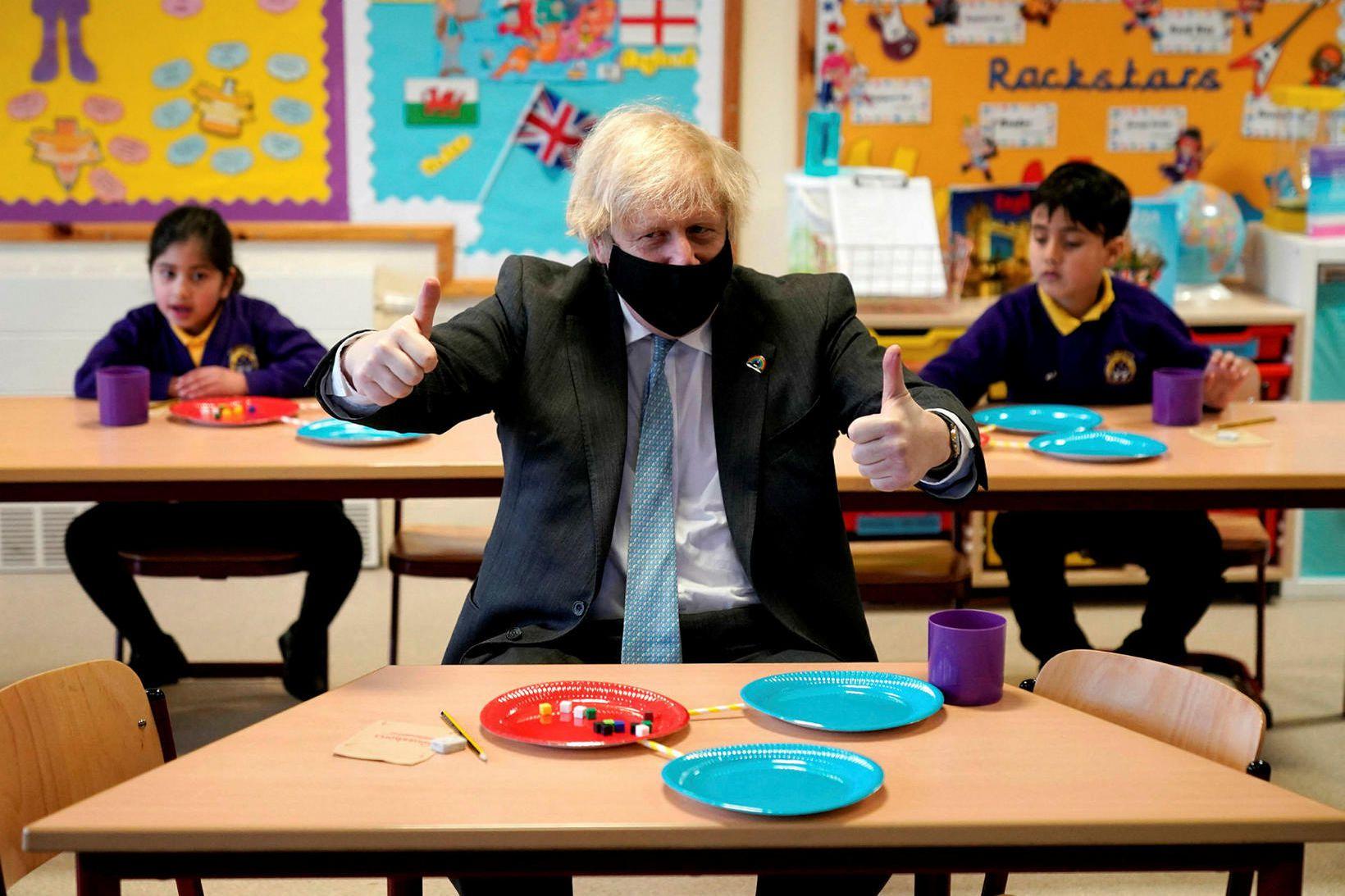 Boris Johnson forsætisráðherra fagnar mjög þeim afléttingum sem hægt er …
