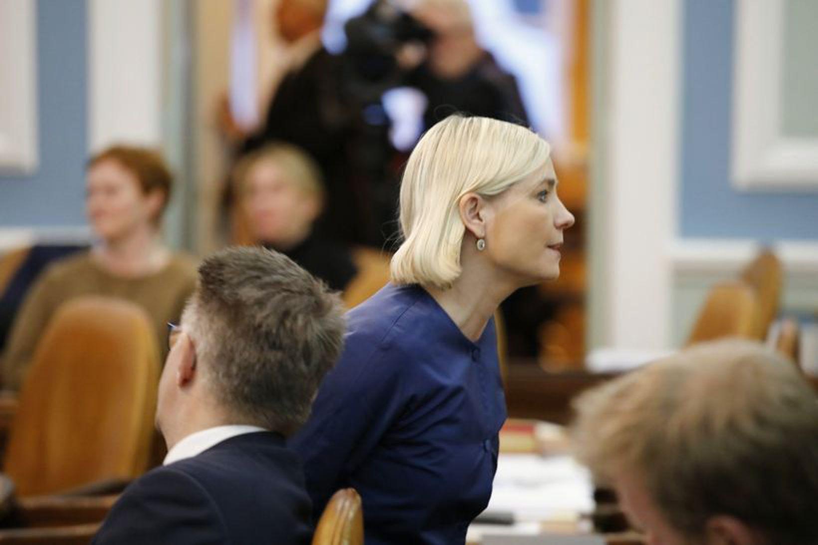 Lilja Alfreðsdóttir, mennta- og menningarmálaráðherra, gengur frá Gunnari Braga Sveinssyni, …