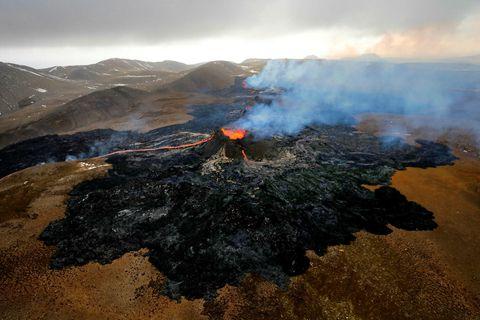 Enn flæðir hraunið upp úr jörðu á Reykjanesskaga.
