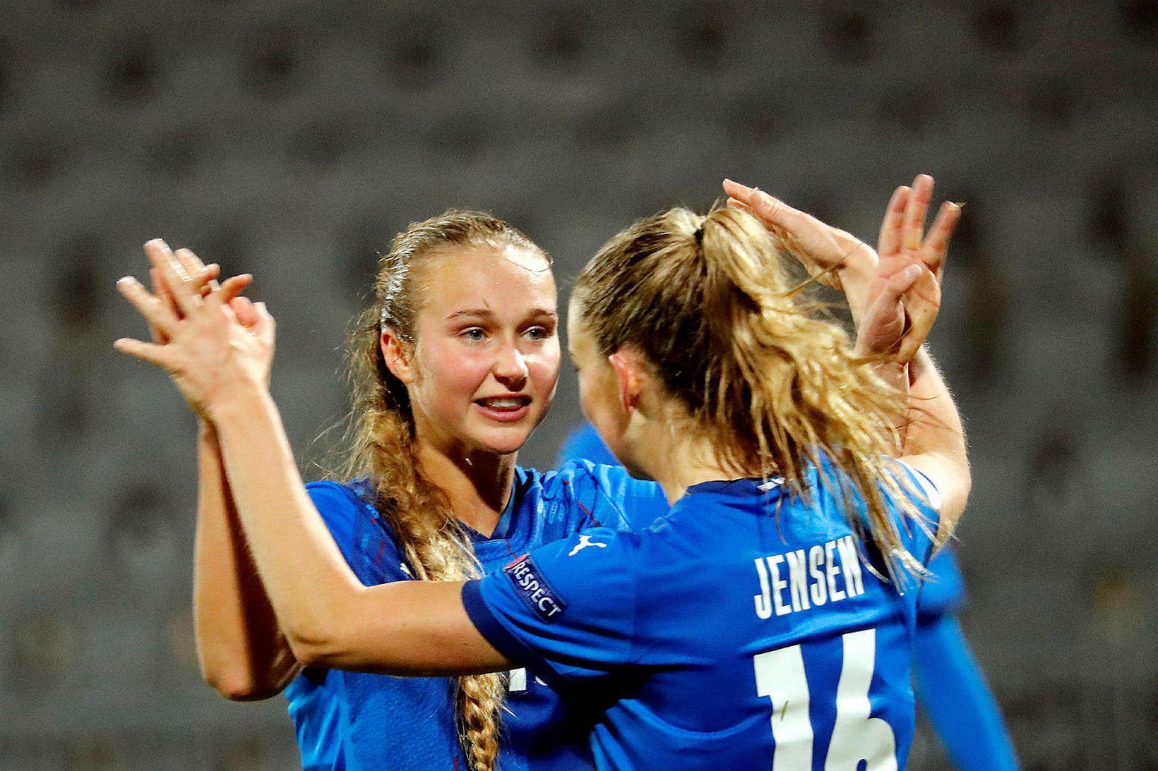 Alexandra Jóhannsdóttir og Elín Metta Jensen fagna marki gegn Lettlandi …