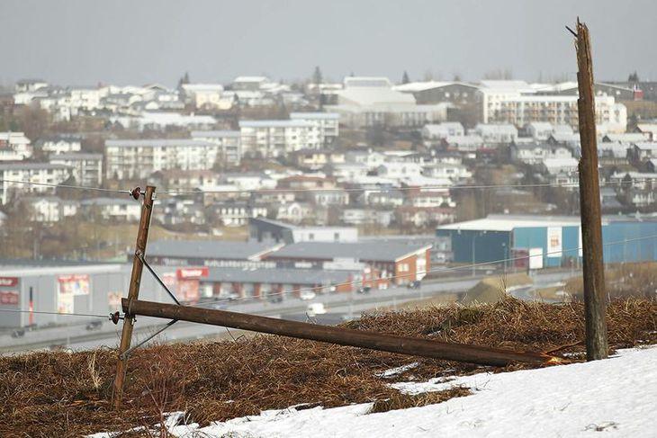 Rafmagnsstaurar í Garðabæ fóru á hliðina.