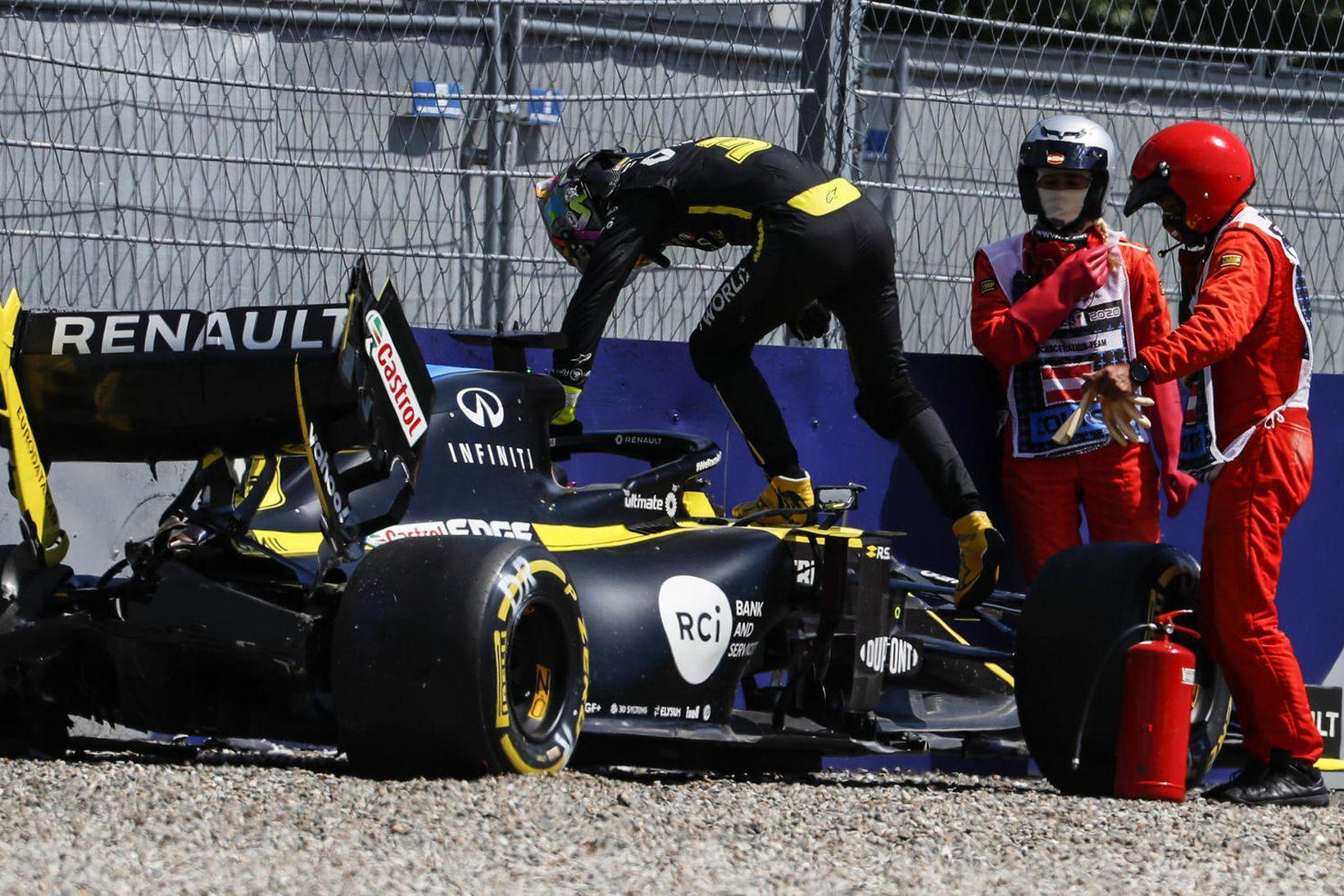Daniel Ricciardo stígur upp úr Renaultbíl sínum í Spielberg í …