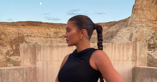 Jenner dvelur nú á lúxushóteli í eyðimörk Utah-ríkis.