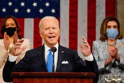 Joe Biden ávarpaði báðar deildir þingsins í gær. Fyrir aftan hann eru Kamala Harris varaforseti …