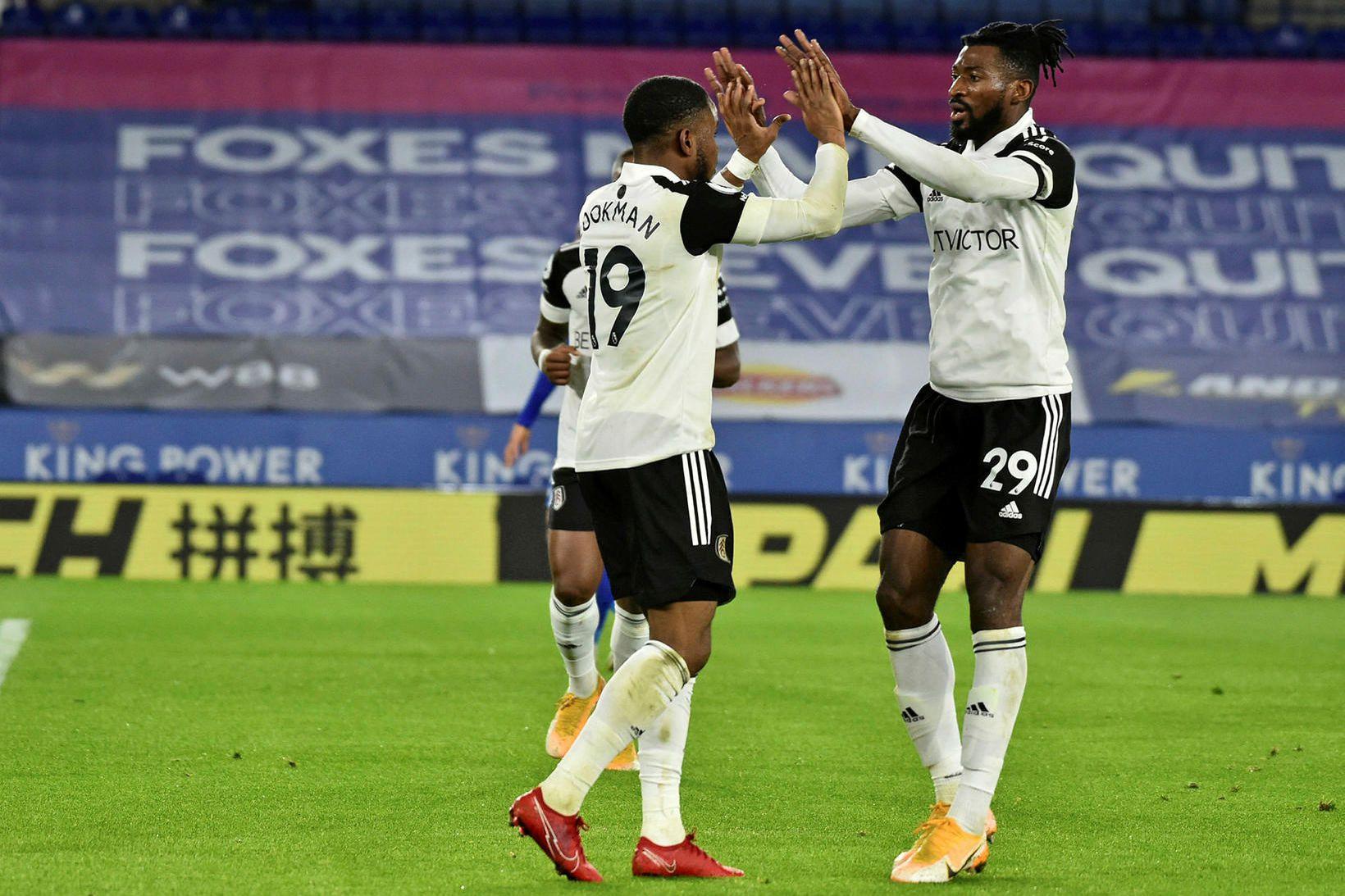 Ademola Lookman og Andre-Frank Zambo Anguissa fagna gegn Leicester í …
