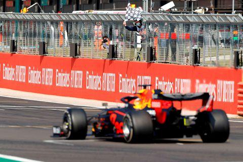 Max Verstappen ekur yfir marklínuna í Silverstone og vinnur sinn fyrsta kappakstur á árinu.