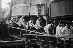 Sjóliðar af þýska orrustuskipinu Scharnhorst ganga frá borði breska flutningaskipsins SS St Ninian. Myndin er …