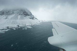 Á flugi í átt að flugvellinum að Gjögri í Árneshreppi.