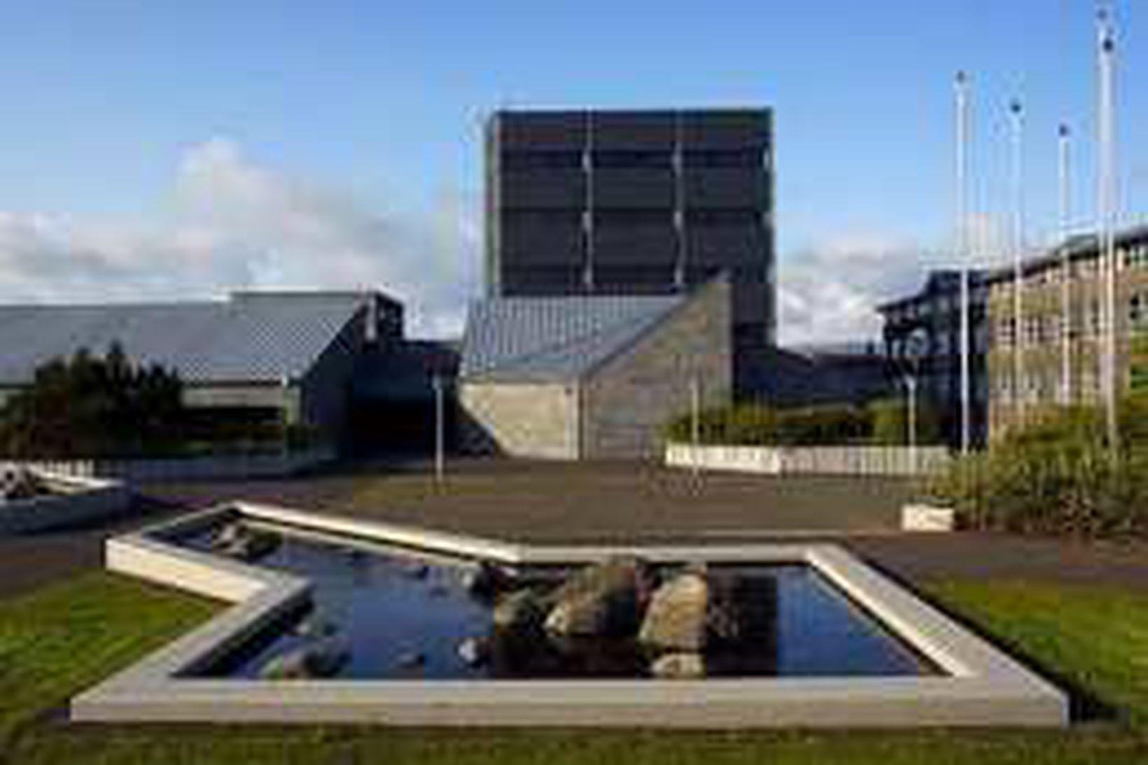 Laun seðlabankastjóra lækka um 15% frá áramótum.
