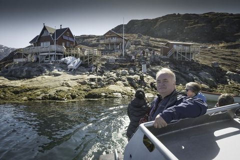 Professor Gísli Már Gíslason, along with other members of FÍ and those of the Travel Association of Greenland, visited the village of Kapissilit in Nuuk fjord.