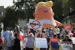 Mótmælendur fyrir utan Miami Valley sjúkrahúsið í Dayton. Trump heimsótti fórnarlömb árásarinnar á sjúkrahúsinu í ...