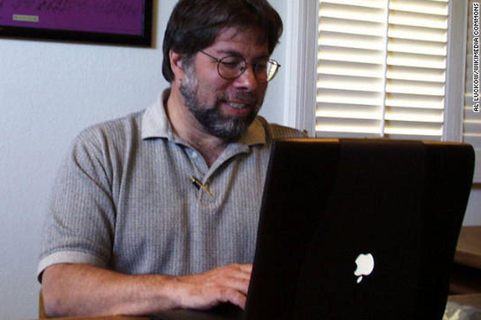 Einn af stofnendum Apple, Steve Wozniak, með Powerbook þar sem …