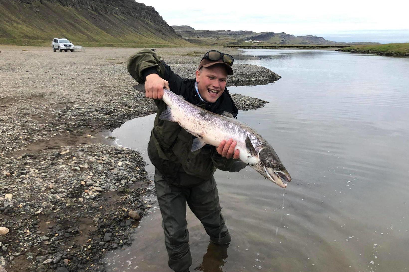 Gleðin ósvikin, enda maríulaxinn einn af stærstu fiskunum sem veiddust …