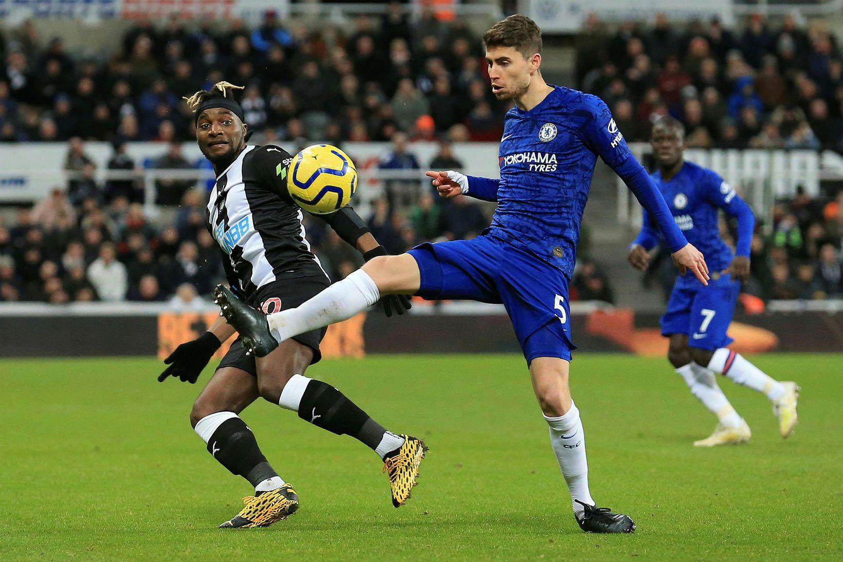 Allan Saint-Maximin eltir Jorginho í leik Newcastle og Chelsea í …