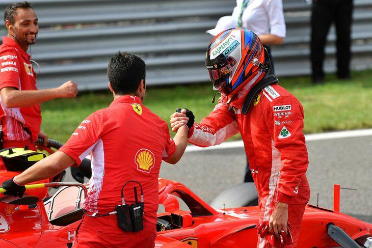 Liðsmenn Ferrari samgleðjast Räikkönen með ráspólinn í Monza í dag.