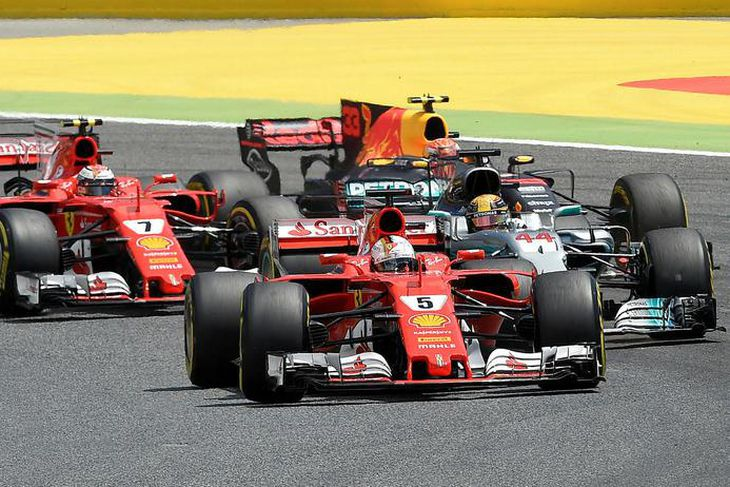 Sebastian Vettel ekur fremstur inn í fyrstu beygju, á undan Lewis Hamilton, Kimi Räikkönen og ...