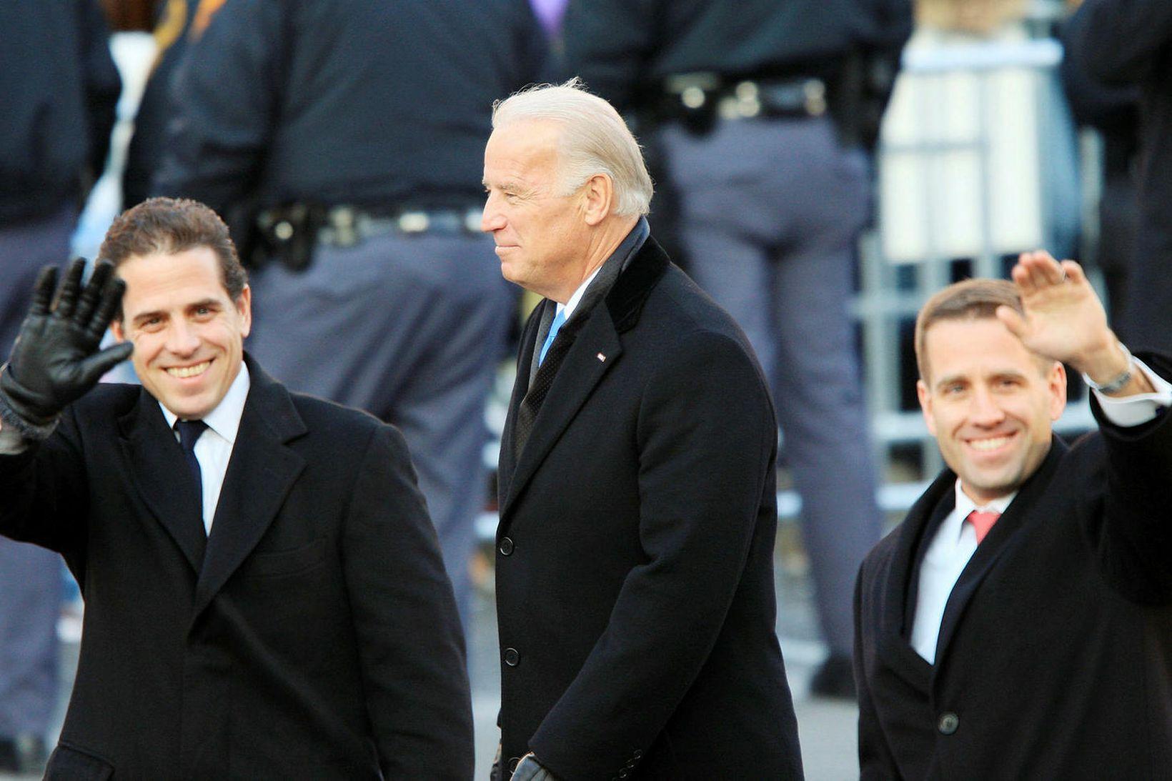 Hunter Biden, til vinstri, ásamt föður sínum Joe Biden og …