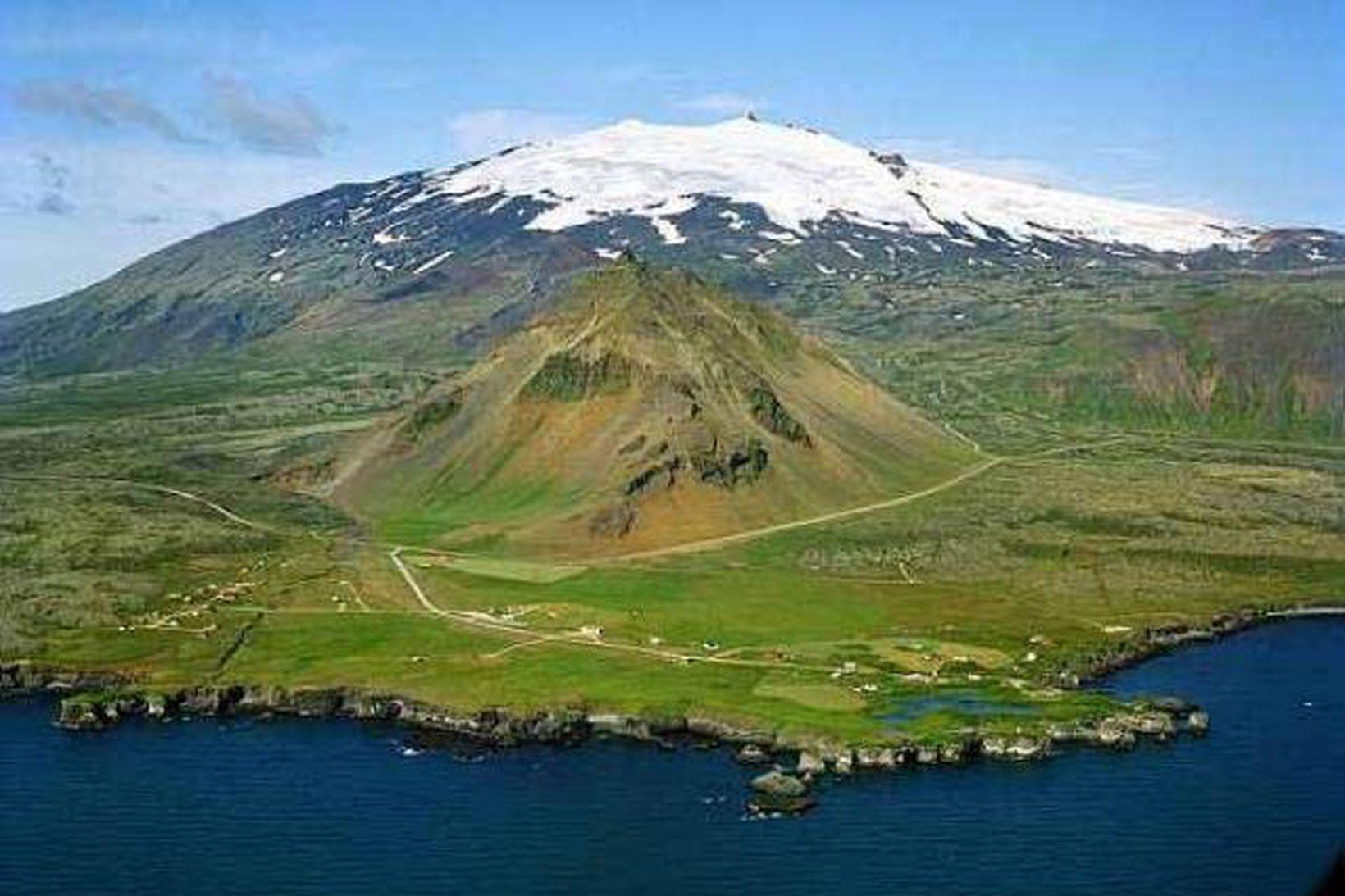 Arnarstapi með Snæfellsjökul í bakgrunni.