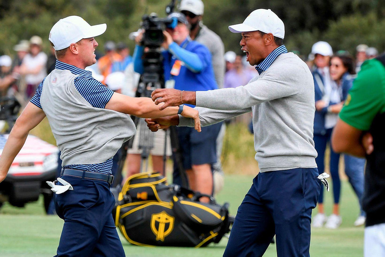 Justin Thomas og Tiger Woods fagna sínum sigri í Melbourne …