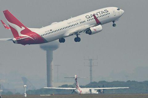 Boeing 737-800 þota Qantas í flugtaki frá Kingsford Smith flugvellinum í Sydney.