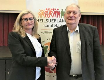 Alma D. Möller, landlæknir, og Gunnar I. Birgisson bæjarstjóri að lokinni undirritun samnings um heilsueflandi ...