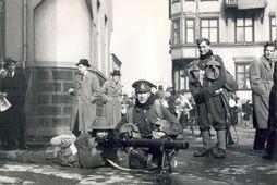 Sögufræg mynd frá hernámsdeginum 10. maí 1940. Alvopnaðir breskir hermenn hafa komið sér fyrir við …