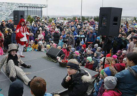 Leikhópurinn Lotta hitaði börn, foreldra og forráðamenn upp fyrir páskaeggjaleitina.