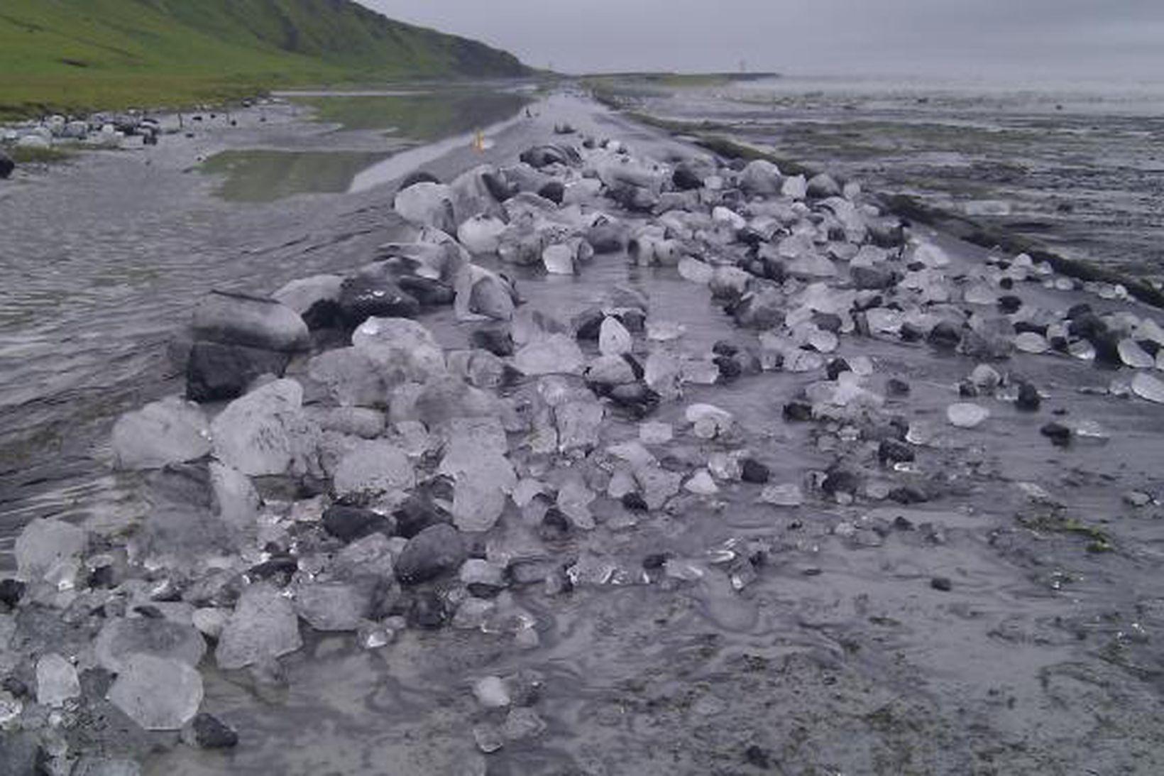 Brúin yfir Múlakvísl eyðilagðist í morgun.