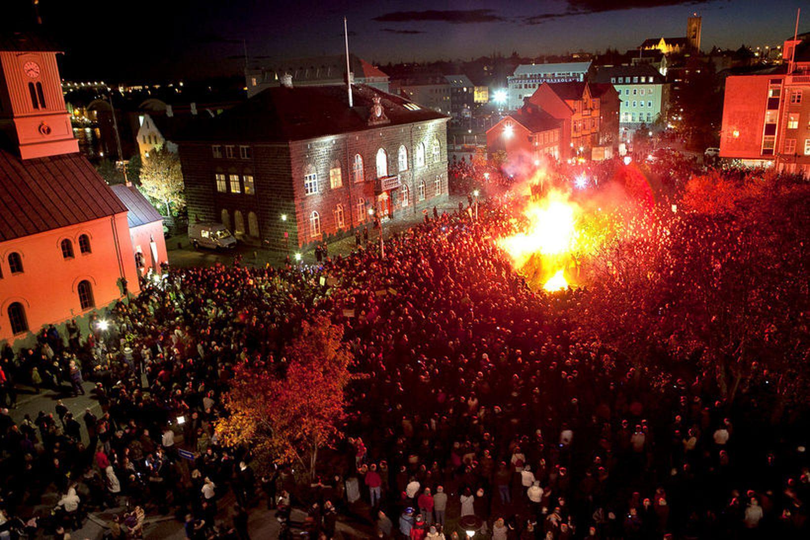 Þúsundir manna komu saman á Austurvelli haustið 2010. Skuldamálin voru …