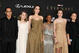 Angelina Jolie mætti með börnin. Hér er hún ásamt þeim Maddox, Vivienne, Zahöru, Shiloh og …