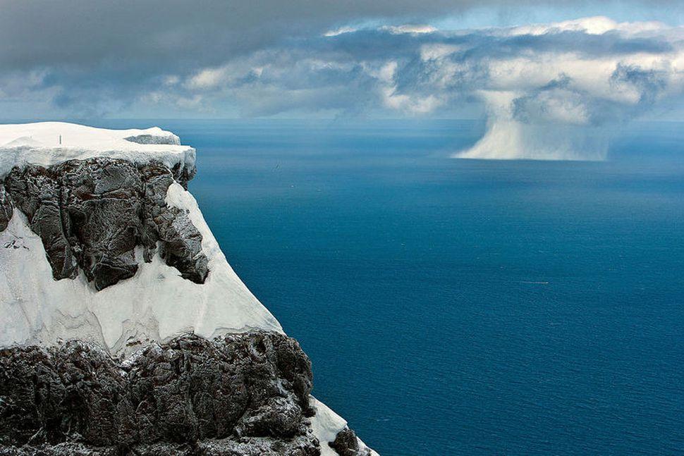 Stórfenglegt útsýni er af Bolafjalli, ekki síst ef veðrið sýnir ...