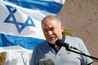 Varnarmálaráðherra Ísraels, Avigdor Lieberman, hefur sagt af sér embætti þar sem hann er mótfallinn vopnahléi ...