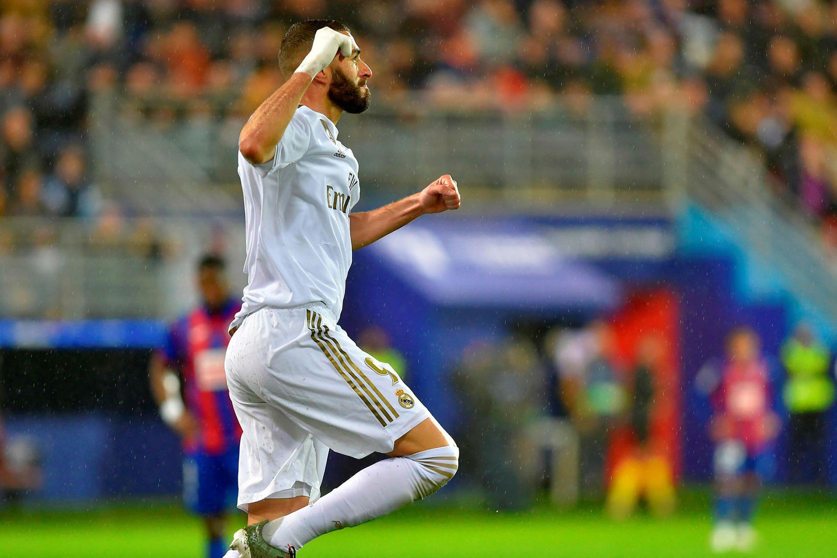 Karim Benzema skoraði fagnar öðru marki sínu gegn Eibar.