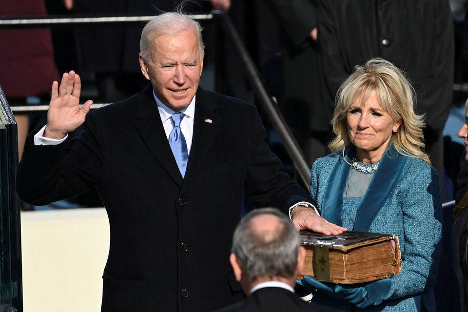 Joe Biden sór eiðinn á meðan eiginkona hans Jill hélt á biblíu fjölskyldunnar.