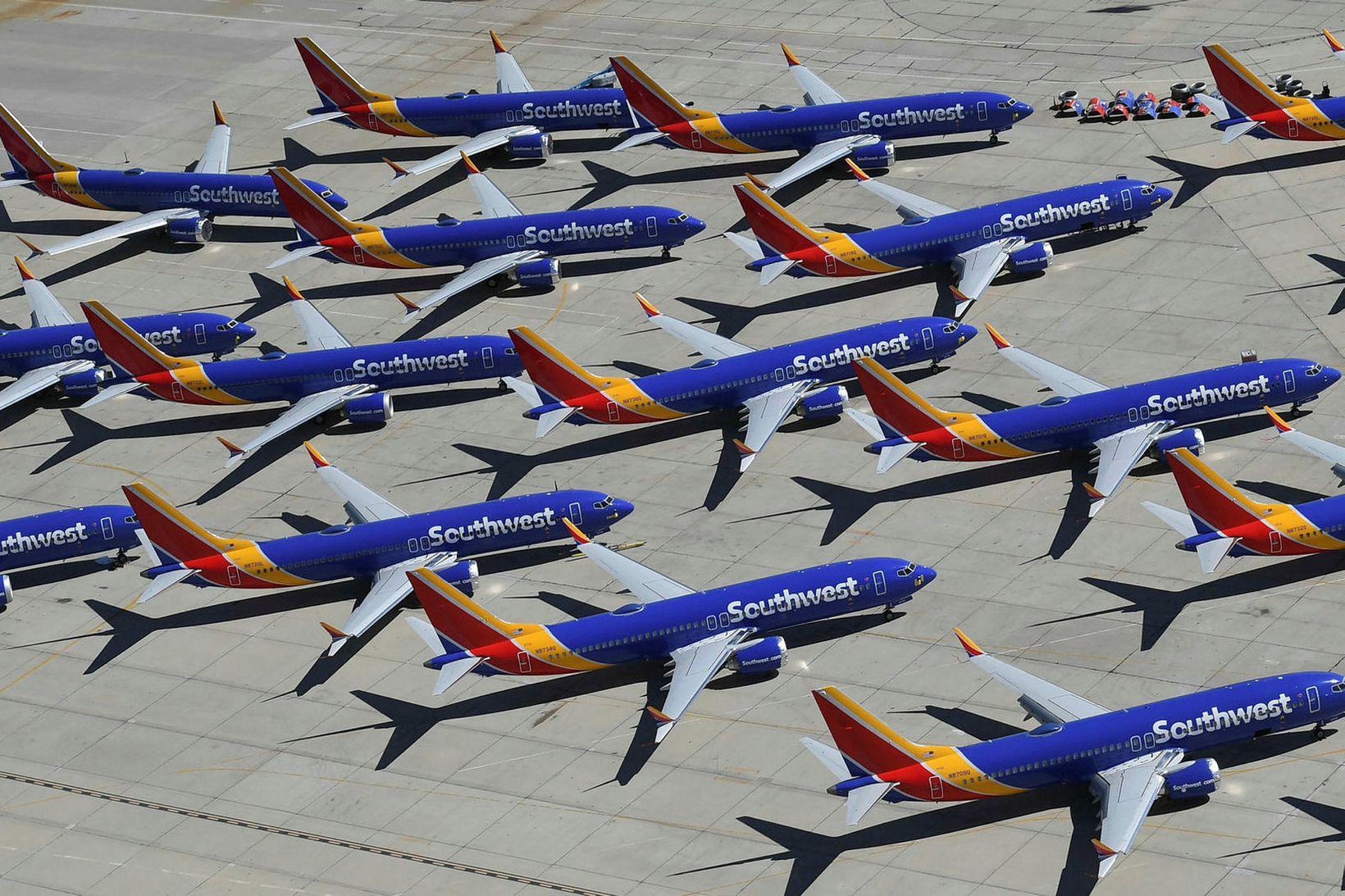 Kyrrsettar 737 MAX farþegaþotur Southwest safna ryki. Þegar flugbanni MAX …