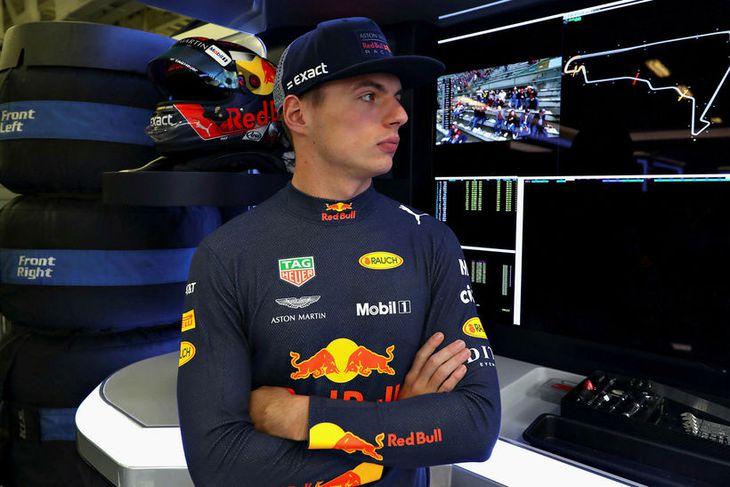 Max Verstappen í bílskúr Red Bull við upphaf lokaæfingarinnar í Mexíkó.