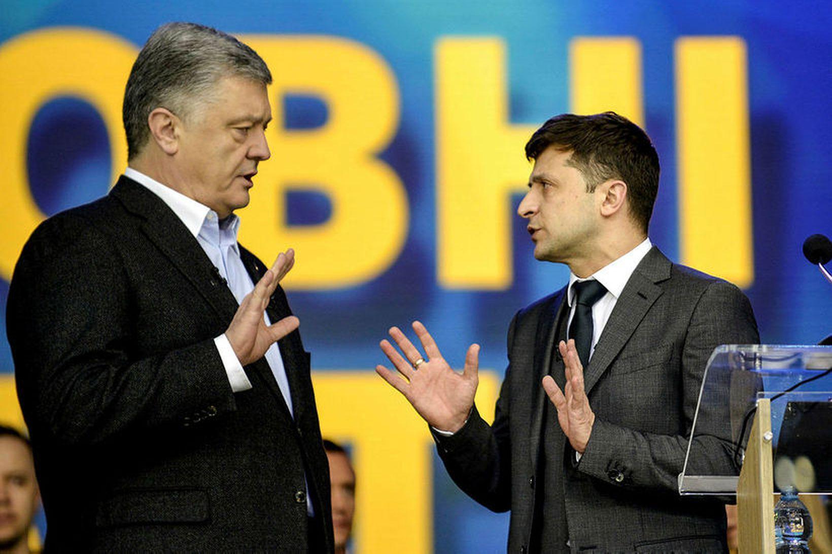 Petro Poroshenko (til vinstri) og Volodymyr Selenskí í kappræðum á …