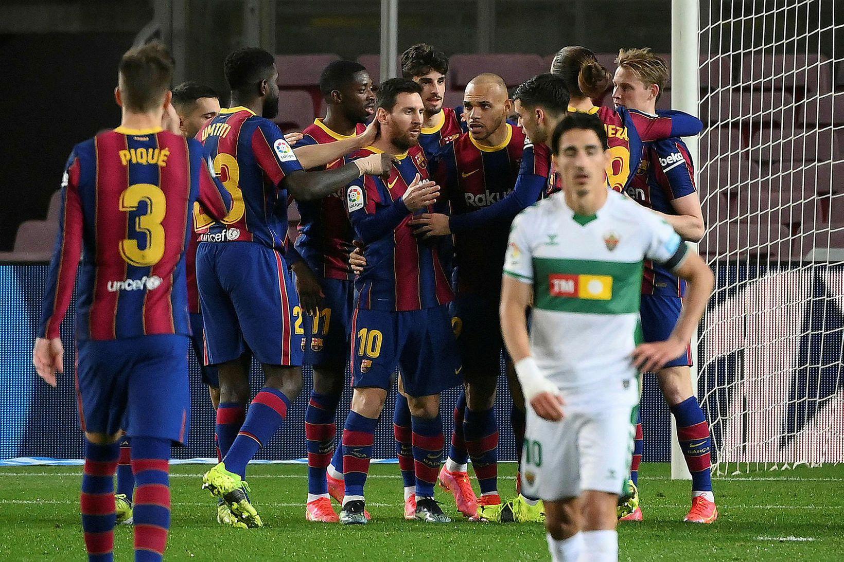 Lionel Messi og Martin Braithwaite í miðjum hópi leikmanna Barcelona …