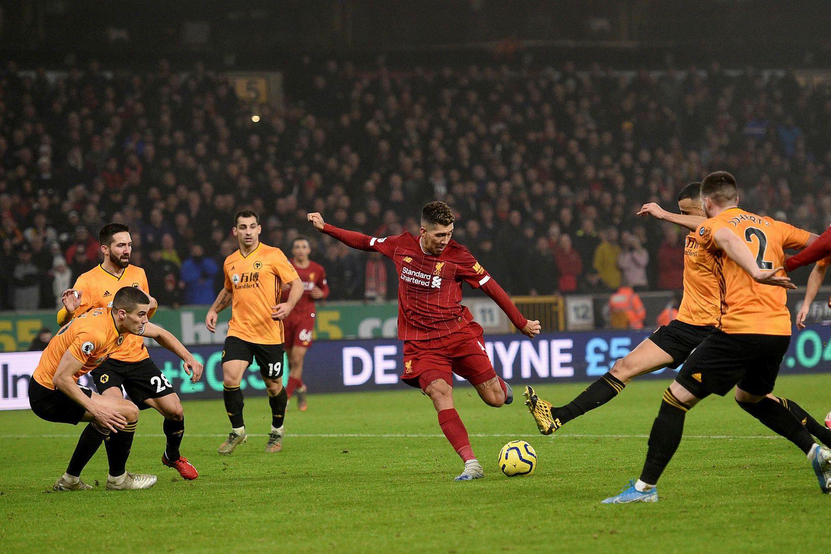Roberto Firmino skorar sigurmark Liverpool á Molineux í kvöld.
