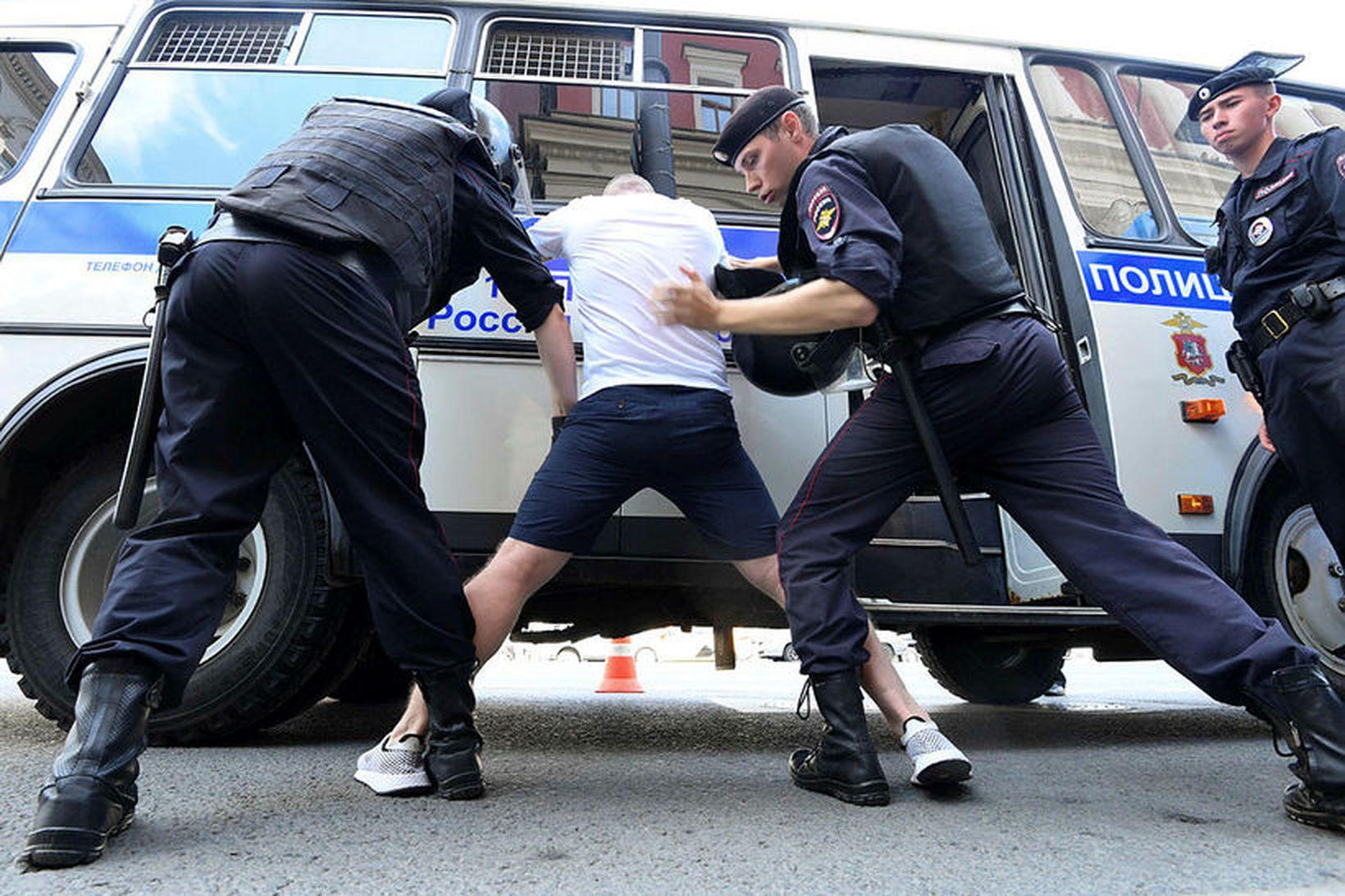 Lögreglumenn handtóku fjölda mótmælenda í Moskvu í dag.