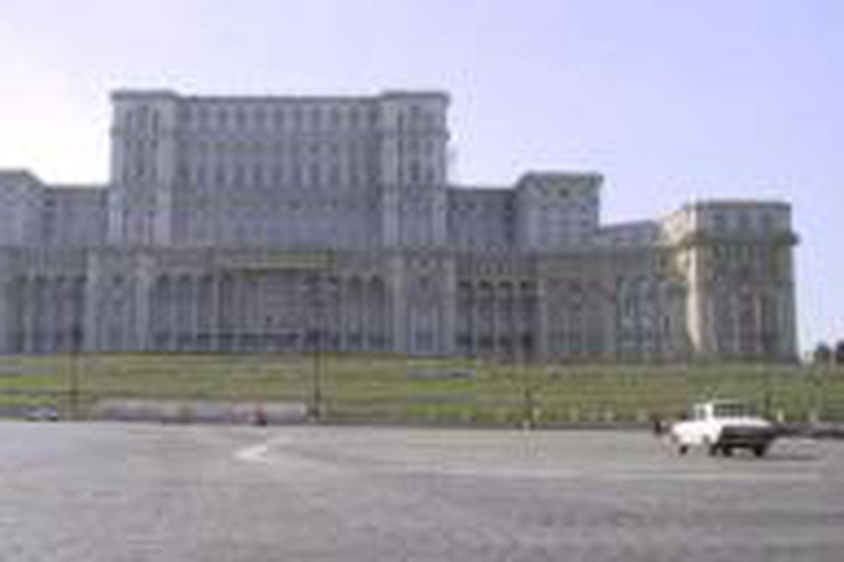 Framhlið hinnar miklu glæsihallar Ceausescu í Rúmeníu.
