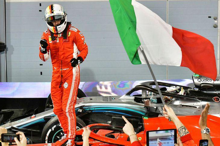 Sebastian Vettel fagnar sigrinum í Barein.