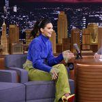 Kendall Jenner beit í gulan Croc-skó